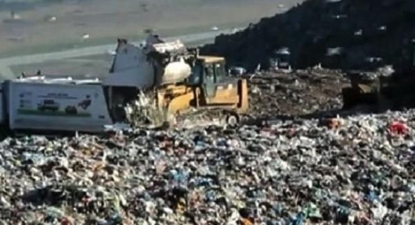 palermo, pale meccaniche e bobcat per rimuovere i rifiuti l'emergenza continua