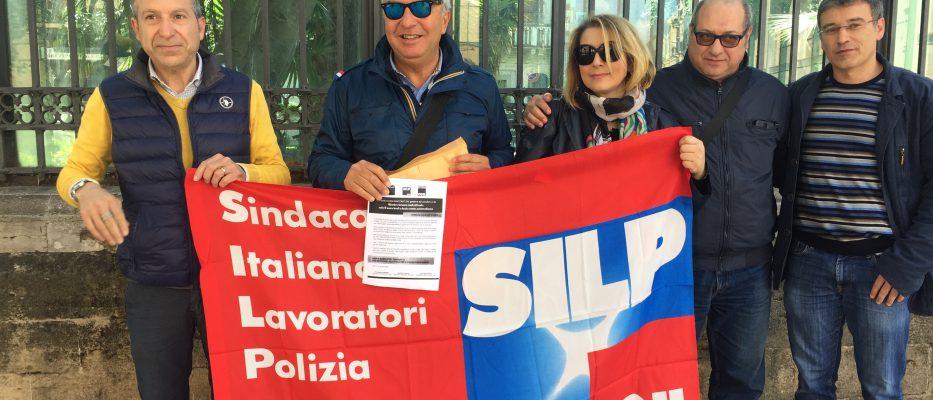 protesta dei poliziotti anche a palermo rinnovate il contratto di lavoro