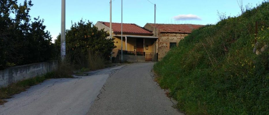 Gualtieri Sicaminò, sarà finalmente allargata la strada che porta al cimitero