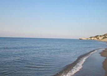 Gela, un cadavere senza testa e gambe scoperto dai bagnanti sulla spiaggia