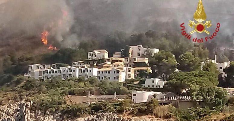 Fiamme attorno al villaggio di Calampiso, notte di paura per 400 turisti